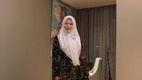 <p>Bunda yang gemar tampil bold juga bisa memakai batik gamis. Tak ada salahnya mencoba tampil dengan memakai warna gelap di Hari Raya. Padukan dengan hijab putih yang kontras. (Foto: Instagram: @xolovelyayana)</p>