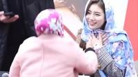 <p>Bae Suzy sukses mencuri hati penggemar di acara<em> fan meeting.</em> Salah satu fans Suzy menghampirinya dan memberikan sebuah pashmina warna biru. Ia kemudian memakaikannya di kepala bintang drakor <em>Start Up.</em> (Foto: YouTube K-Pop Compilation)</p>