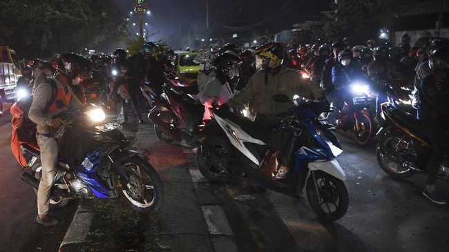 Jalur Kedungwaringin perbatasan Kab Bekasi dan Karawang, Jawa Barat, menjadi sorotan karena menumpuknya pemudik motor yang membuat pos penyekatan terbuka.