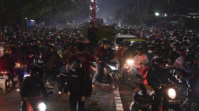 Menjelang tengah malam H-1 Idul Fitri, Rabu (12/5), volume kendaraan di pos penyekatan Kedungwaringin meningkat.