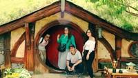 <p>Berbagai tempat telah mereka datangi. Lihat saja potret keseruan David Bayu bersama keluarganya ketika sedang berlibur. (Foto: Instagram: @davidbayudj)</p>