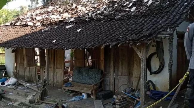 Dua orang meninggal karena mengalami luka bakar di sekujur tubuh saat meracik petasan di Tulungagung, Jawa Timur.