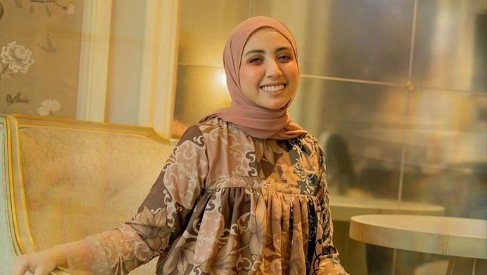 Tunik Hingga Gamis, 7 Gaya Hijab Vicky Alaydrus yang Manis