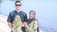 <p>Nah, ini adalah momen ketika Isti dan Musab berlibur ke pantai. Mereka turut membawa Aycil yang terlihat cantik dengan hijab outfit berwarna hijau. (Foto: Instagram: @istialqadri)</p>