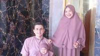 <p>Ketika merayakan Hari Raya, Isti juga tampil kompak bersama suami dan putrinya. Aycil tampak menggemaskan dalam balutan khimar untuk anak-anak. (Foto: Instagram: @istialqadri)</p>