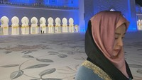 <p>Bintang film<em> Train to Busan</em> sempat mencuri perhatian ketika mengunjungi Masjid Agung Sheikh Zayed di Abu Dhabi. Ia berpose di depan masjid dengan memakai pashmina berwarna pink. Manis banget ya Bunda? (Foto: Instagram: @_jungyumi)</p>