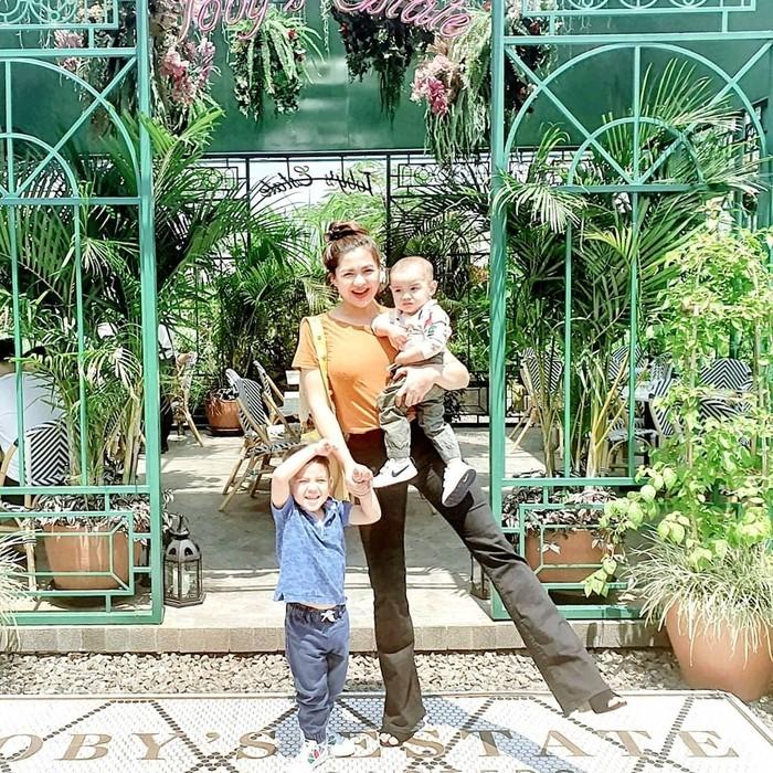Kegiatan lain untuk mendukung program diet menjadi sukses ala Vicky adalah angkat beban. Namun ia juga tak lupa menjaga kesehatan karena saat itu ia sedang menyusui dan berada ditengah pandemi, Ladies. (Foto: Instagram.com/vickyshu)