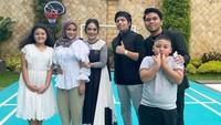 """<p>Bahkan suami Krisdayanti, Raul Lemos, turut meninggalkan komentar positif di postingan sang istri, lho. """"Indahnya ramadhan,"""" tuturnya. (Foto: Instagram @krisdayantilemos)</p>"""