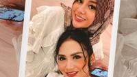 <p>Belum lama ini, Krisdayanti bagikan momen bahagia. Kedua anak dari pernikahan sebelumnya, Aurel Hermansyah dan Azriel Hermansyah, datang mengunjungi rumahnya. (Foto: Instagram @krisdayantilemos)</p>