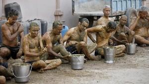 Warga India Olesi Tubuh Kotoran Sapi untuk Tangkal Covid