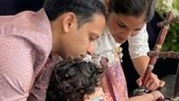 <p>Nadiem Makarim sering menyempatkan waktu untuk membaca buku bersama anak-anak. Bagi Nadiem, anak usia dini harus sering diberi stimulus dengan cara bermain dan membaca. (Foto: Instagram: @nadiemmakarim)</p>