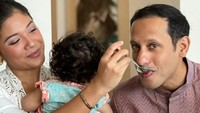 <p>Kemesraan Nadiem Makarim bersama putri dan istrinya juga kerap ditampilkan di media sosial. Lihat saja kemesraan mereka ketika sedang suap-suapan. (Foto: Instagram: @nadiemmakarim)</p>