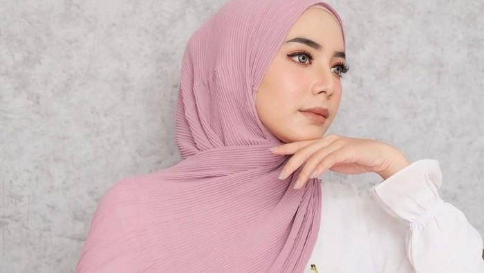 Lagi Hits! Ini 5 Gaya Hijab Pashmina Plisket, Simpel dan Mudah di Mix and Match