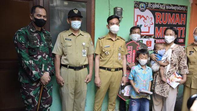 Korem 074 Surakarta bersama Wali Kota Surakarta Gibran Rakabuming meresmikan program Rumah Melati yang menyasar 28 rumah milik masyarakat berpenghasilan rendah.