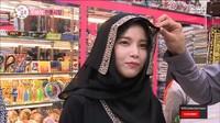 <p>Personil Mamamoo, Solar pernah berkunjung ke Arab Saudi bersama Eric Nam. Di sana, ia berkesempatan mencoba baju abaya lengkap dengan pashmina warna hitam. Tampak anggun nih! (Foto: YouTube MBCentertainment)</p>