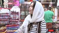 <p>Tak hanya baju abaya, solar juga tampil lebih kasual dengan<em> long sleeve</em> dan pashmina warna putih. Pelantun <em>Aya</em> tampak sangat manis dalam balutan hijab bernuansa lembut. (Foto: YouTube MBCentertainment)</p>