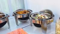 <p>Meski bertema India, makanan yang disajikan tetap dengan menu lokal. Salah satunya ada gado-gado nih, Bunda. (Foto: YouTube:MIFTAH ARMIA)</p>