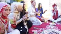 <p>Berikut potret buka puasa yang digelar 'Sultan' Aceh, Shella Shaukia. Wah tamu undangan pun enggak kalah glamor dengan sang empunya rumah ya, sama-sama mewah bak pengantin India. (Foto: YouTube:MIFTAH ARMIA)</p>