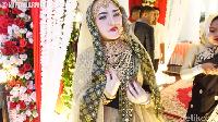 <p>Tak tanggung-tanggung, rumah tersebut juga didekor dengan maksimal selayaknya acara pernikahan. Bahkan, pemilik rumahnya sendiri tampil bak pengantin India, lho. (Foto: YouTube: MIFTAH ARMIA)</p>