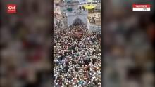 VIDEO: Ratusan Warga India Berdesakan Hadiri Pemakaman Ulama