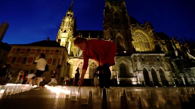 Penduduk Republik Ceko menyalakan 300 ribu batang lilin untuk mengenang korban meninggal infeksi virus corona.