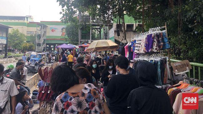 Meskipun gedung-gedung niaga di pasar Tanah Abang ditutup 12-18 Mei, situasi sekitarnya masih ramai oleh para pedagang kaki lima.