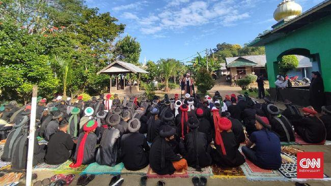 Jemaah An-Nadzir menggelar Salat Idulfitri di Kelurahan Romang Lompoa, Kecamatan Somba Opu, Gowa pada Rabu (12/5) hari ini. Ada ratusan orang dalam ibadah ini.