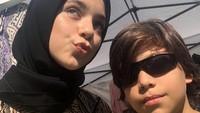 <p>Isabel kerap tampil mengenakan hijab, sedangkan Lennon mulai memanjangkan rambutnya. Lennon sangat dekat dengan sang kakak dan menyebutnya sebagai saudari terbaik, Bunda. (Foto: Instagram: @lennontramp)</p>