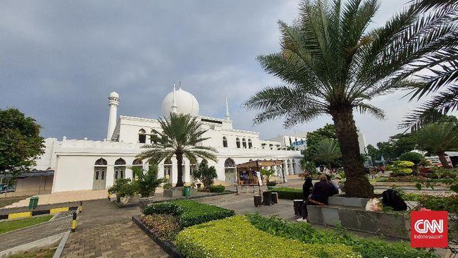Salat Idul Fitri di Masjid Al Azhar, Jakarta, sepenuhnya digelar di lapangan terbuka dengan kapasitas jemaah 50 persen dari biasanya 15 ribu orang.