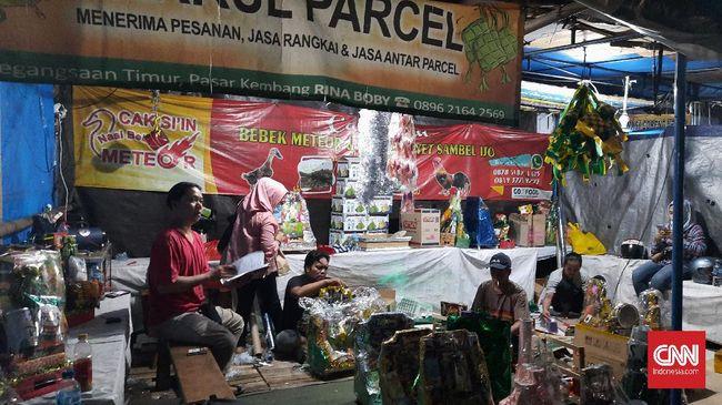 Berkah Lebaran mampir ke Bobby dkk, pedagang parsel di Cikini. Ia mengaku mengantongi omzet Rp300 ribu-Rp1 juta dalam satu hari.