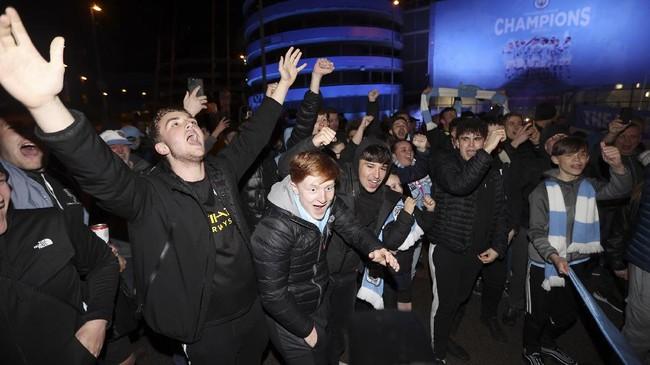 Ratusan suporter Manchester City merayakan sukses menjadi juara Liga Inggris setelah Manchester United dikalahkan Leicester City.