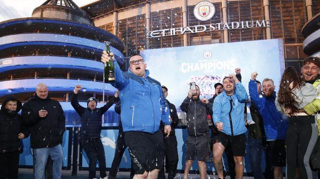Suporter Manchester City menjadi sasaran olok-olok karena melakukan selebrasi juara Liga Inggris di luar Stadion Etihad.