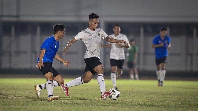 Osvaldo Haay kena hukuman dari pelatih Shin Tae Yong pada hari ketiga pemusatan latihan (TC) Timnas Indonesia di Uni Emirat Arab.