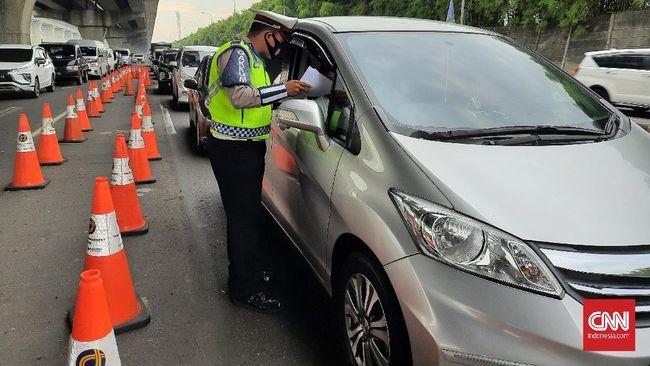 Seorang pengendara dinyatakan positif covid-19 saat menjalani tes antigen acak di Tol Jakarta-Cikampek pada Minggu (16/5) malam.