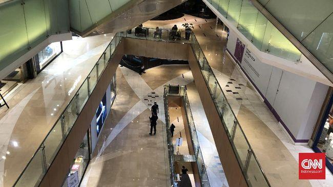 Beberapa pusat perbelanjaan dan mal tampak sepi pada H-1 Lebaran malam ini.