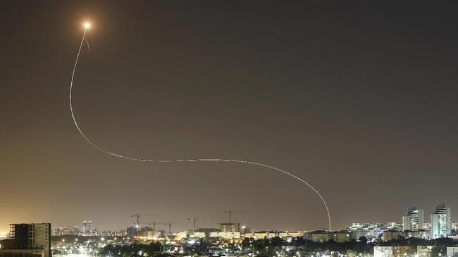 Faksi Palestina penguasa Jalur Gaza, Hamas telah menembakkan lebih dari 200 roket ke Israel sebagai pembalasan atas serangan di sebuah blok menara di Gaza.