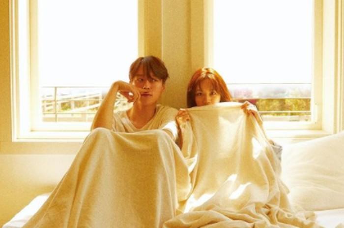 Ternyata, Hyeri dan Jang Ki Yong tengah menjalani pemotretan untuk cover majalah 1st Look edisi Mei 2021
