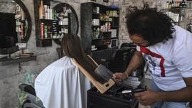 FOTO: Intip Cara Potong Rambut Unik Pakai Pisau Daging
