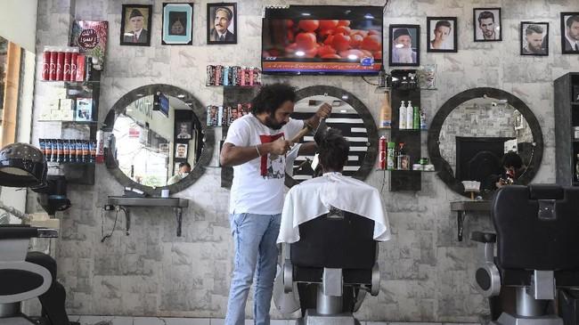 Tukang cukur rambut asal Pakistan, Ali Abbas, memangkas rambut pelanggan memakai pisau daging, blow torch, hingga pecahan gelas.