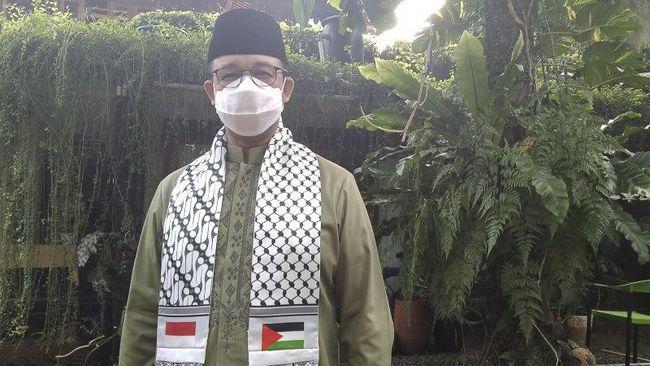 Gubernur DKI Jakarta Anies Baswedan beribadah salat Ied di halaman belakang kediamannya di Lebak Bulus, Jakarta Selatan.