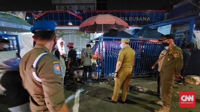 Aparat Tutup Paksa Lapak Pasar Jatinegara saat Malam Takbiran