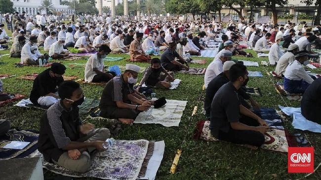 Ribuan jemaah memenuhi lapangan di sekitar Masjid Al-Azhar, Jakarta Selatan yang dijadikan sebagai tempat salat, Kamis (13/5).