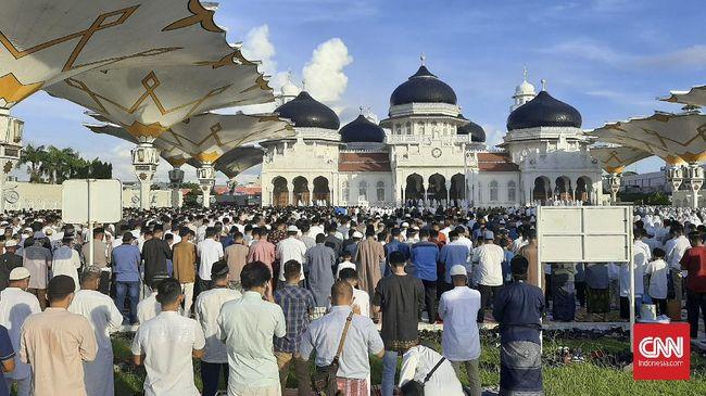 Jemaah salat Idulfitri di Masjid Raya Baiturrahman Banda Aceh membeludak hingga ke area taman. Beberapa di antaranya tampak kesulitan menerapkan jaga jarak.