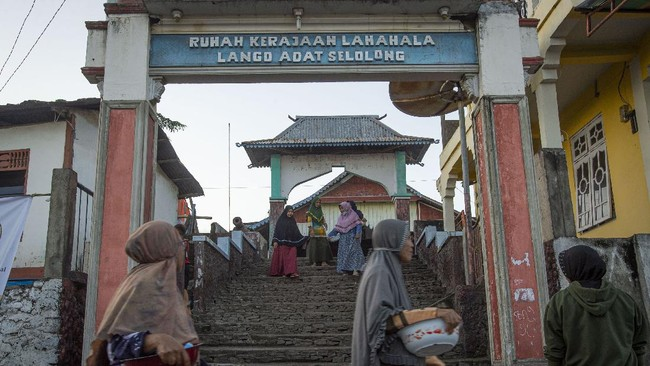 Berada di sisi selatan Pulau Adonara, Lamahala merupakan satu desa di Kabupaten Flores Timur, NTT yang memiliki penduduk seratus persen Muslim.