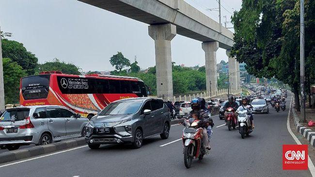 Sejumlah ruas jalan di Jakarta dan Depok mengalami kemacetan pada hari pertama Idulfitri 1442 Hijriah. Macet terpantau di Lebak Bulus hingga kawasan Depok.