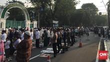Jemaah Meluber ke Jalan Saat Salat Ied di Masjid Cut Meutia