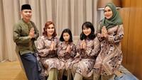 <p>Artis sekaligus penyanyi cantik Ayu Ting-Ting juga merayakan lebaran bersama keluarga nih, Bunda. Ayu dan keluarga pun mengenakan pakaian yang kembar, lho. Kompak banget, ya. (Foto: Instagram: @ayutingting92)</p>