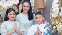 <p>Meski tanpa kehadiran sang suami, Raul Lemos, Krisdayanti tetap tersenyum merayakan lebaran dengan kedua anaknya, nih. Ketiganya kompak mengenakan pakaian dengan nuansa biru dan putih. (Foto: Instagram: @krisdayantilemos)</p>