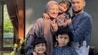 <p>Shireen Sungkar, Tengku Wisnu, dan ketiga anaknya juga merayakan lebaran di rumah, Bunda. Shireen mengenakan pakaian kembar dengan anak-anak perempuannya, sementara Wisnu mengenakan koko kembar dengan sang anak laki-laki. (Foto: Instagram: @shireensungkar)</p>