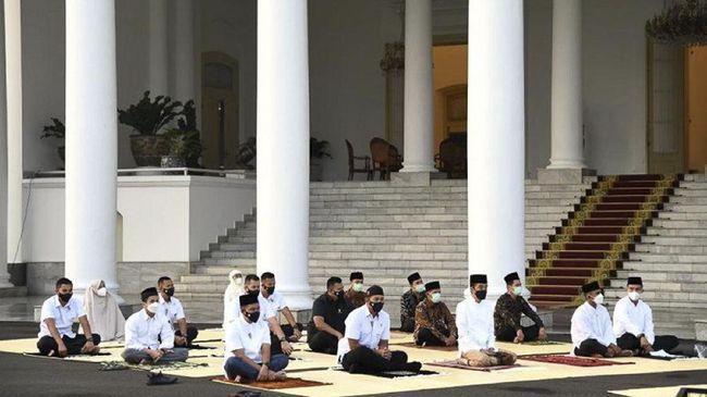 Presiden Joko Widodo dan Iriana salat ied di Istana Bogor, jemaah diberi jarak sebagai bagian protokol kesehatan.